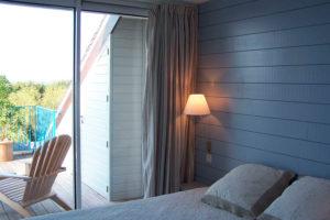 Lambris peint en bleu en guise de tête de lit