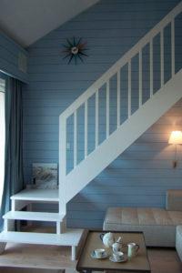 Ancien escalier déplacé, ajout d' un palier, et peint en blanc