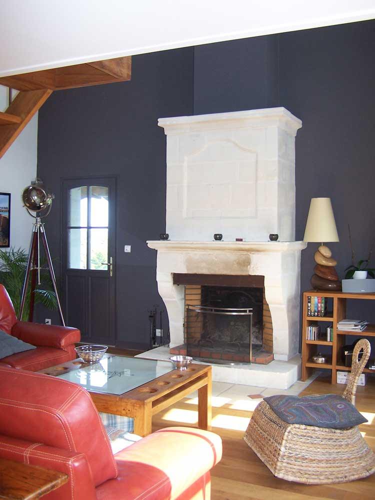 Mur anthracite pour mettre en valeur la cheminée.