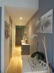 Le fond du couloir peint dans une autre couleur pour raccourcir visuellement la longueur du couloir.