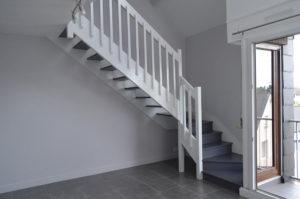 Escalier peint en blanc, marches grises