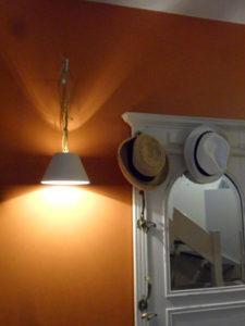 Détail déco d'une entrée ; collection de chapeaux