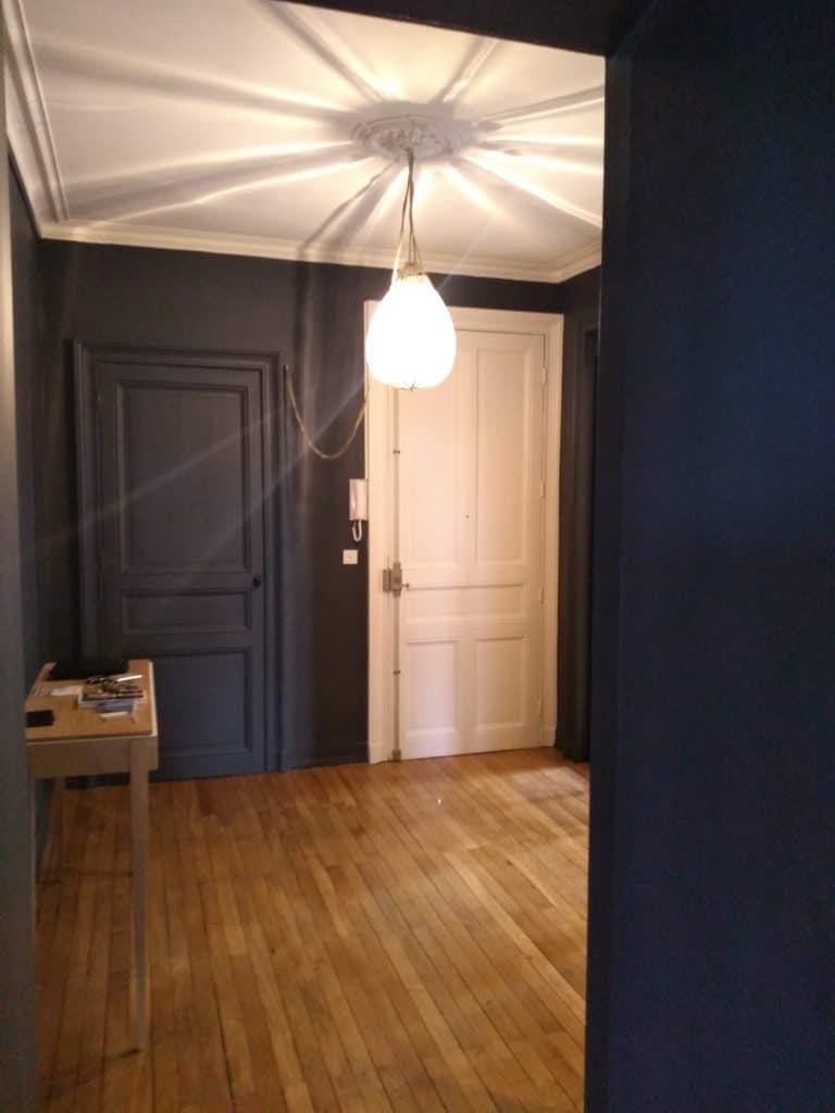Grande entrée d'appartement bourgeois.