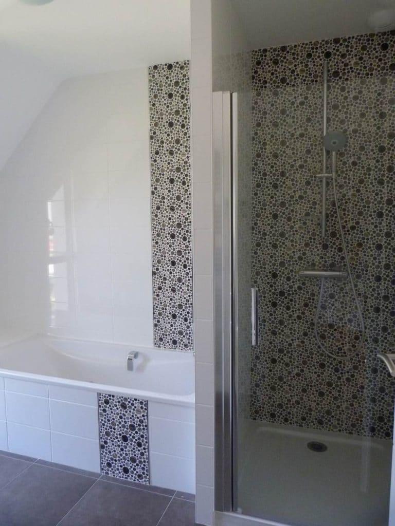 La faïence en écho entre la douche et la baignoir.