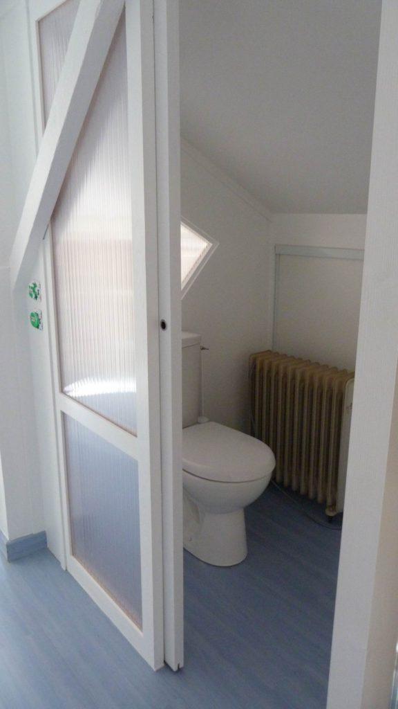Paroi en polypropylène pour un coin wc dans une chambre.