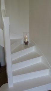 """Escalier complétement peint en """"Terre cendrée"""" de Tollens"""