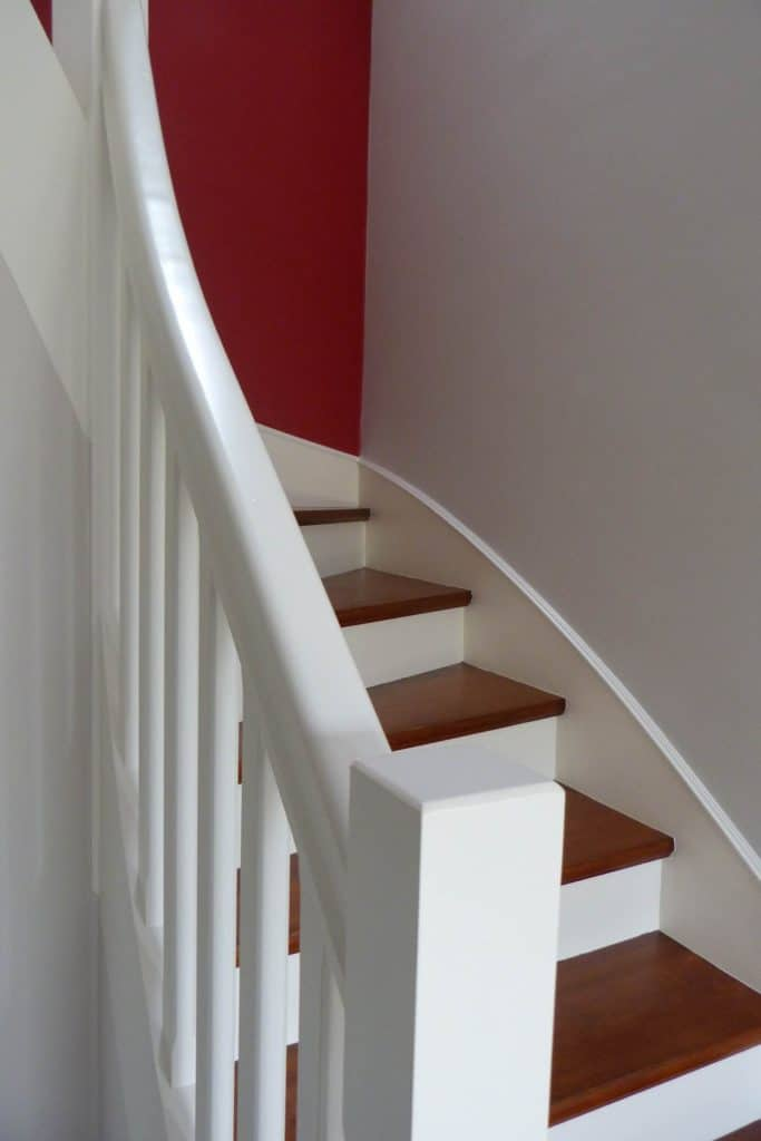 Escalier repeint avec dessus de marches couleur bois