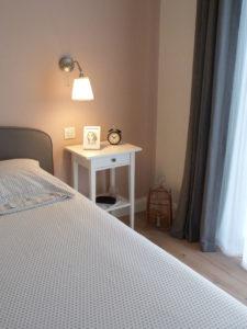 Chambre rez de chaussée : mur tête de lit en rose saumonné
