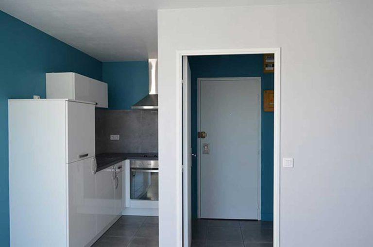 Petit coin cuisine bleu canard pour appartement de location
